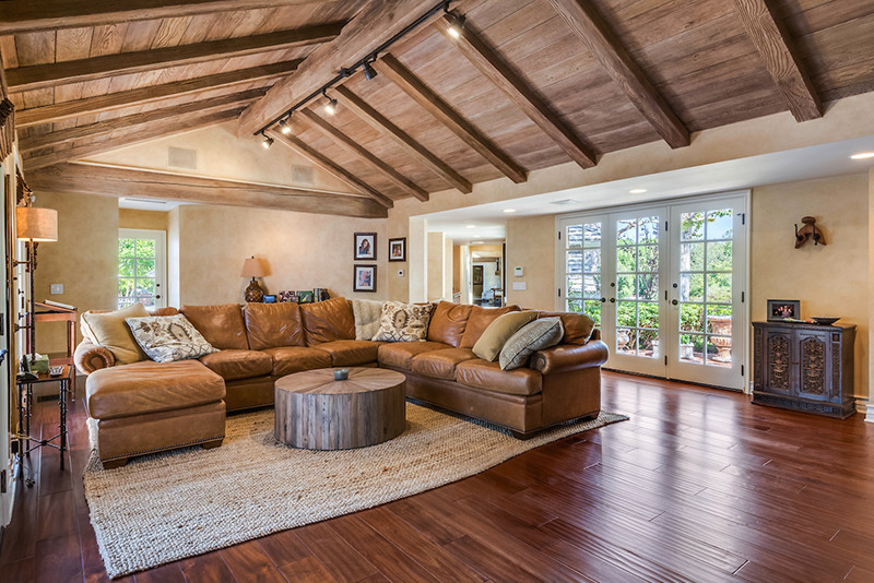 Middle-05-Living-Room-with-Large-Sectional-Sofa-and-Vaulted ...
